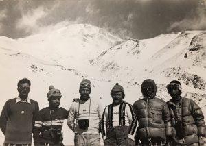 تیم منتخب ماناسلو صعودمشترک ایران وژاپن صعود زمستانی دماوند 1353 از راست  زنده یادمهدی زاده ، تیمسار اسدی ، زنده یاد محمد پور ، یوسف ازادیان  ، بهزادی،  هندی