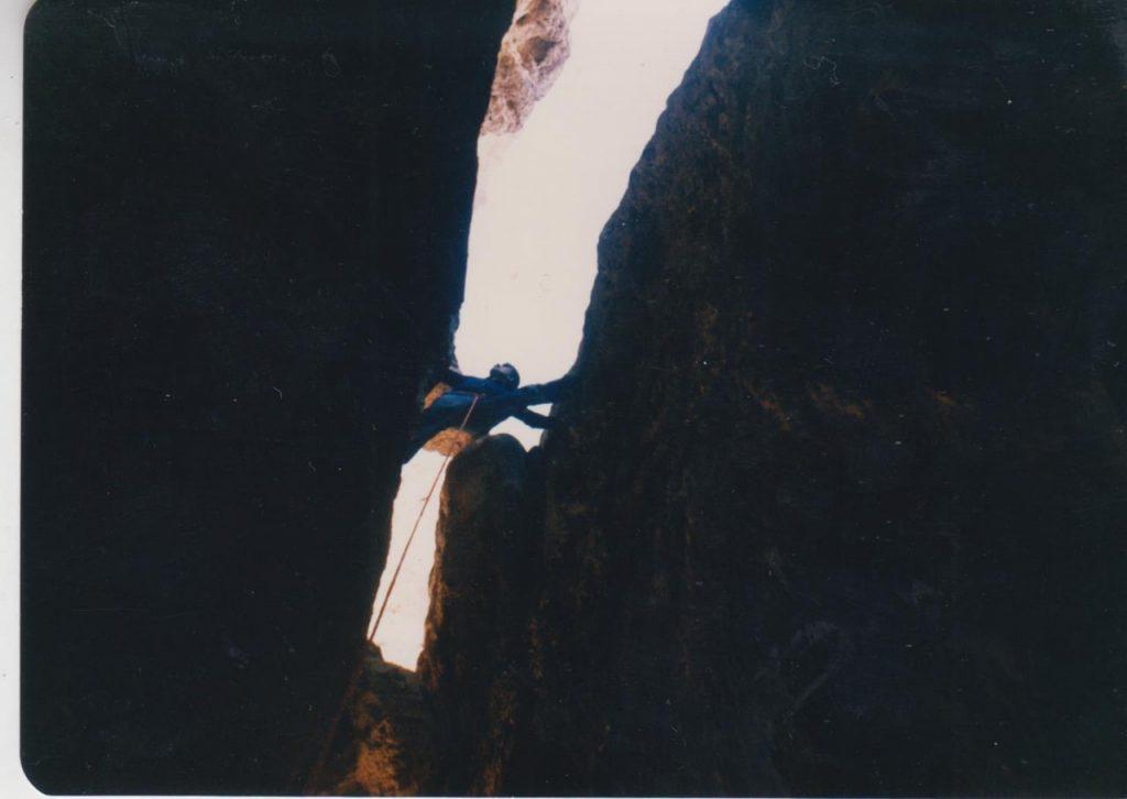 """صعود تنوره ی بلند قلعه ی"""" قمچی قای"""" به روش تلاش دوطرفه برای نخستین بار-بهار 1370"""